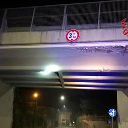 Erba, camion contro ponte  Intervengono i pompieri