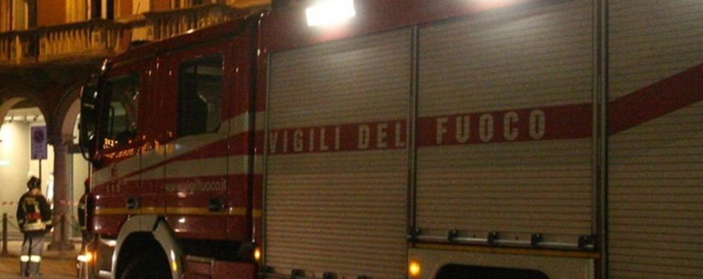 Incendio di un tetto a Casatenovo  Vigili del fuoco al lavoro
