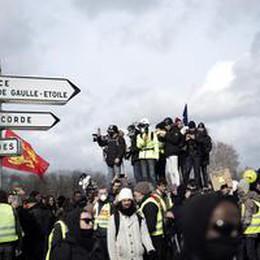Gilet gialli bloccati a confine Italia, scontri a Parigi