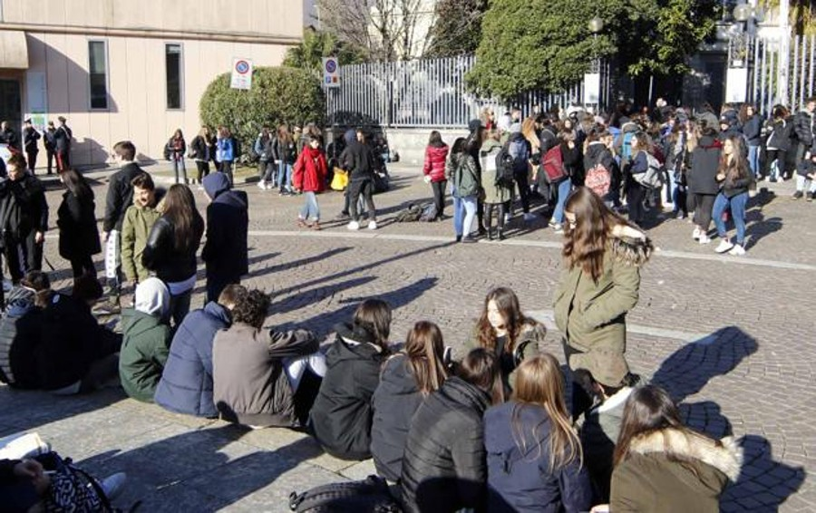 Bertacchi, presidio dei ragazzi  davanti a Villa Locatelli