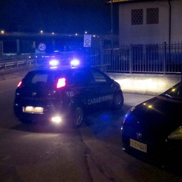 Un'auto in fuga in centro a Lecco  Tenta di speronare i carabinieri
