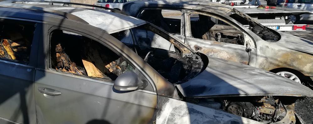 Due auto in fiamme a Villa San Carlo  Tracce di accelerante, incendio doloso