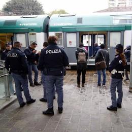 Mostra foto a luci rosse a una ragazza  Denunciato per atti osceni sul treno