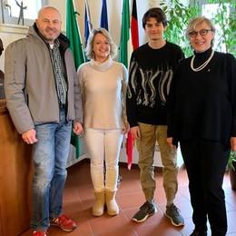 Erba, trova e restituisce 400 euro  Li aveva persi un artigiano di Padova