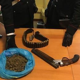 Scoperto con droga e una lupara  I carabinieri lo arrestano a Cabiate