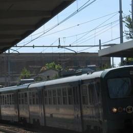 Lo aspetta la fidanzata: scende dal treno in corsa