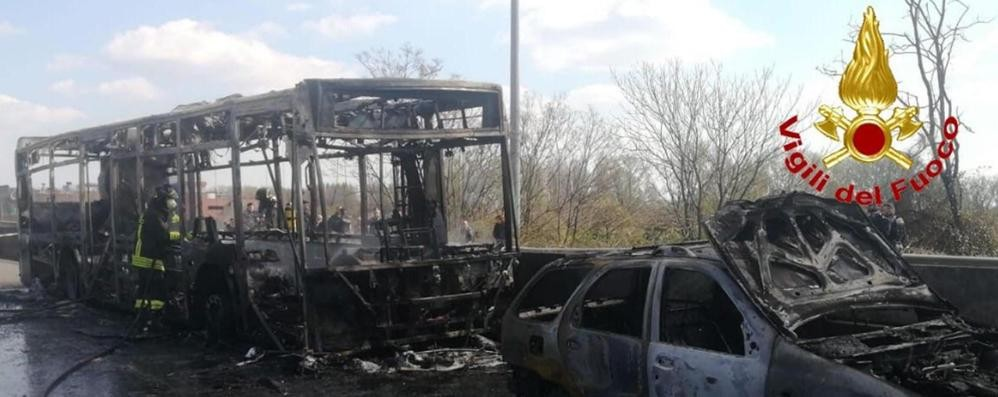 Milano: Bus di studenti incendiato  Il pm: valutiamo anche ipotesi terrorismo
