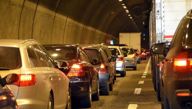 Auto contro moto in galleria  Code sulla Super verso Milano