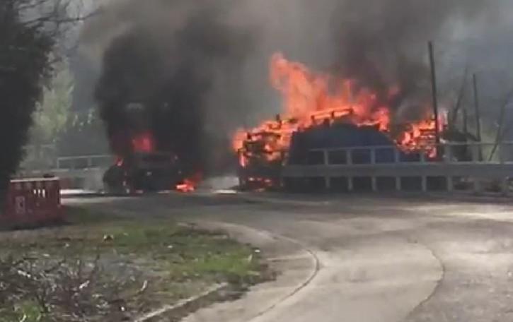 Auto in fiamme a Vestreno  Brucia anche una catasta di legna