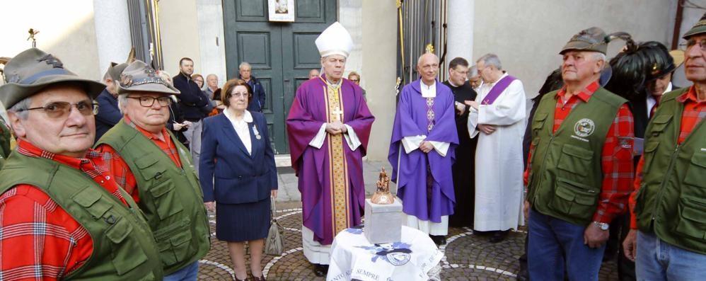 Don Gnocchi, l'abbraccio alla reliquia  Custodita nella chiesa di Civate