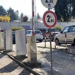 Merate: sbarra rotta, posteggio gratis  E spuntano i parcheggiatori abusivi