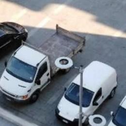 Calolzio: auto in sosta in piazza Vittorio Veneto «Ma non si tratta di un'isola pedonale?»