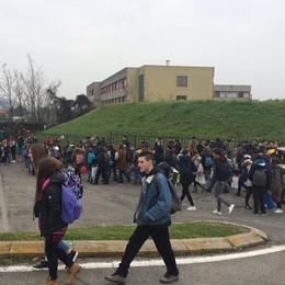Autobus e studenti in via De Gasperi  Da maggio a Merate si cambia
