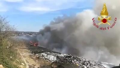 Mariano discarica video vigili del fuoco