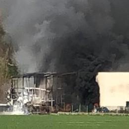 Cernusco, deposito di vernici in fiamme: pompieri in azione