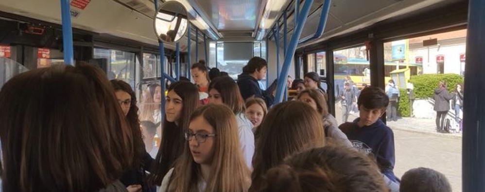 «Noi sull'autobus  stretti come sardine»