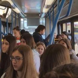 «Bus piccoli e poco capienti  Così dobbiamo stare in piedi»