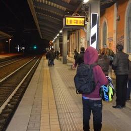 Aggredito sul treno per un telefonino  I pendolari: «Basta, ora le telecamere»