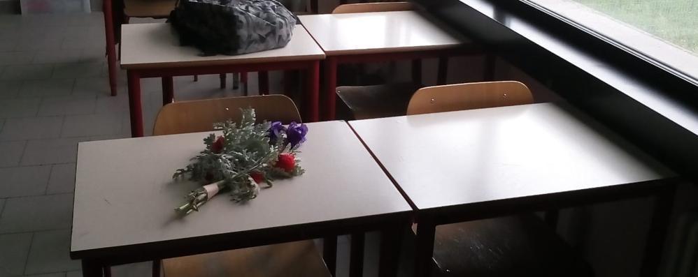 Calolzio, sul banco vuoto di Omar    un mazzolino di fiori