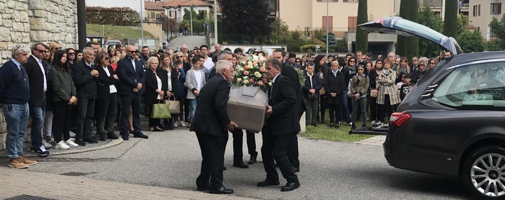 Tavernerio, folla al funerale  della prof morta con la sua bimba