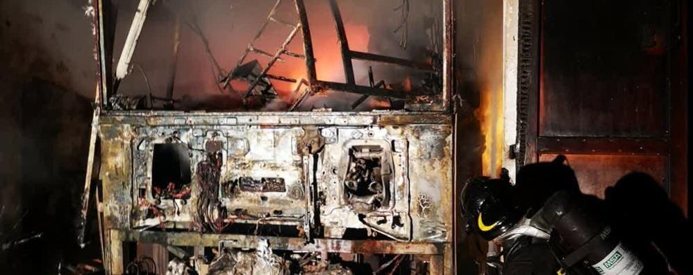 Lezzeno, in fiamme un furgone Paura per le bombole del gas (VIDEO)