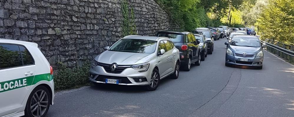 Oliveto, parcheggio selvaggio  e auto a tutta velocità, giro di vite sui turisti