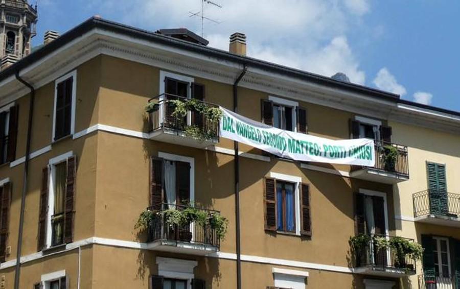 Lo striscione leghista sul Vangelo  Il prevosto: «Uso politico che ci ferisce»