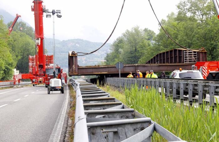 I lavori per posizionare il nuovo ponte di Annone Foto Menegazzo
