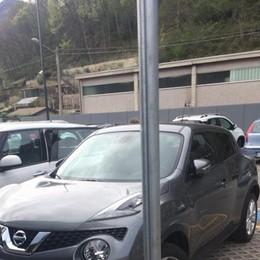 Svizzero parcheggia al posto dei disabili  E insulta il sindaco di Carlazzo
