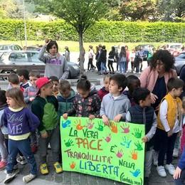 Poesie, campane a festa e colombe  Bambini in corteo a Erba parlando di pace