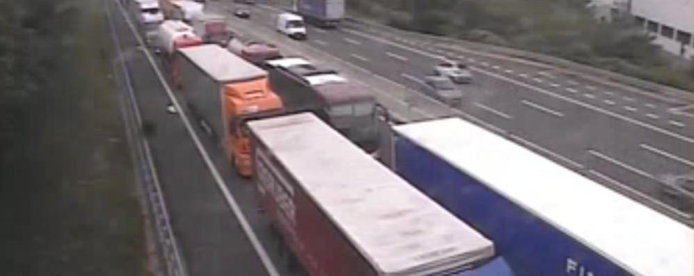 È caos Tir sull'autolaghi Colpa della festa in Svizzera