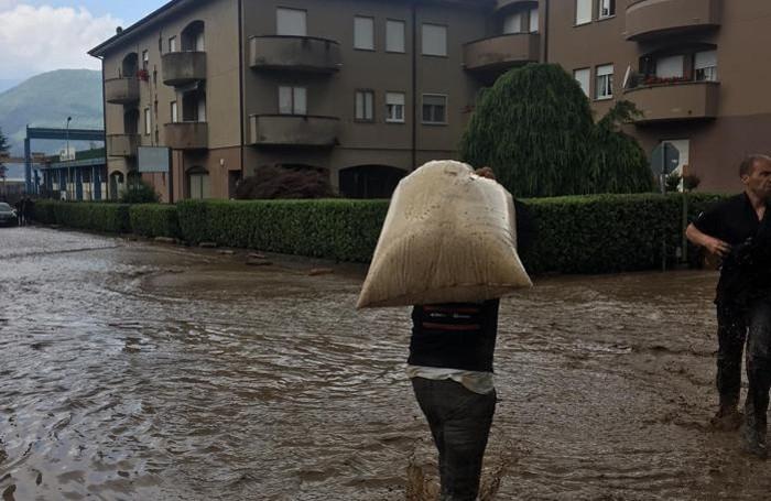 A Dervio i cittadini cercano di tamponare l'emergenza con sacchi di sabbia