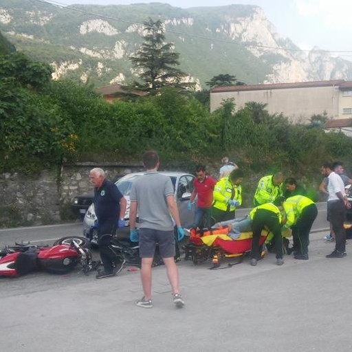La Peugeot svolta a sinistra  E si scontra con una Ducati