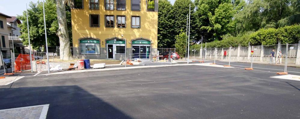 Piazza Sironi in attesa  La Villa in sorpasso