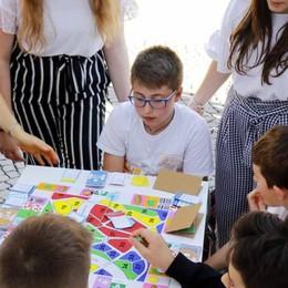 La festa degli studenti  colora piazza Garibaldi  tra balli e laboratori