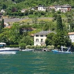 Attesa per la gita sul lago  di Obama e Clooney   QUI il video delle barche intorno alla villa