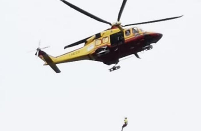 L'elicottero e il tecnico calato con il verricello nella zona di Villa Oleandra