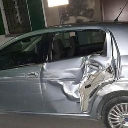 Trova l'auto distrutta al parcheggio  «Aiutatemi a scoprire chi è stato»