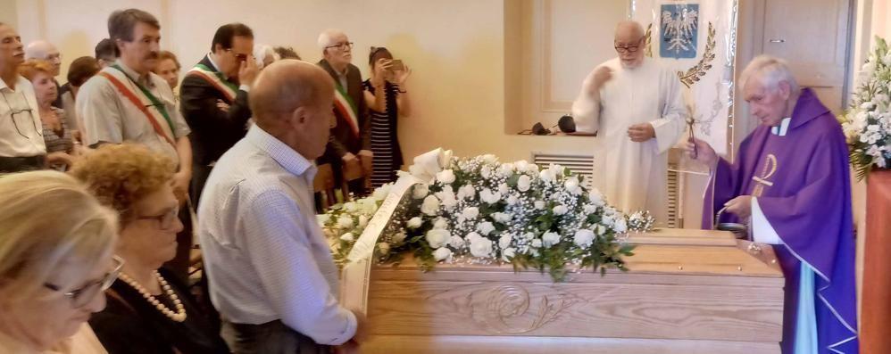 Folla per l'addio all'ex sindaco Brivio  «Ha dato tutto per il suo paese»