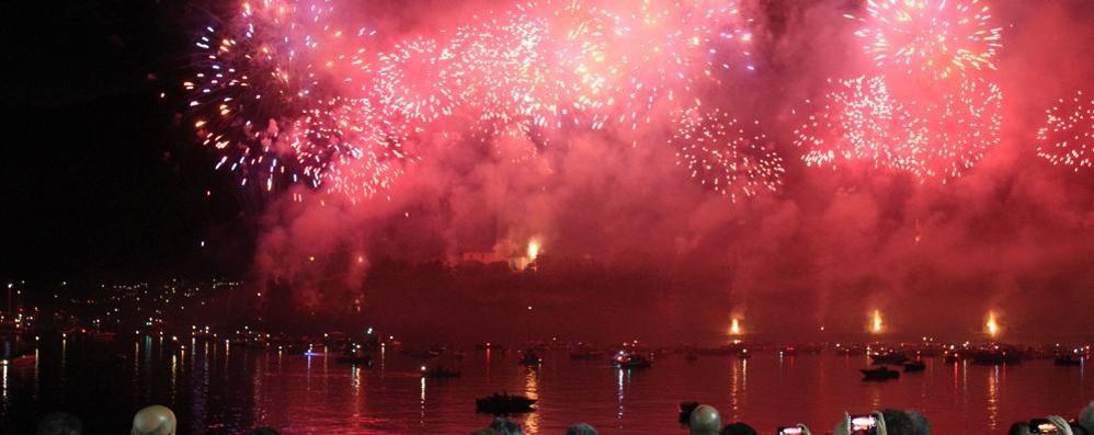I fuochi di San Giovanni In migliaia sul Lario