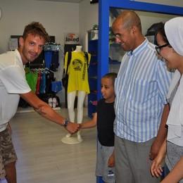 Il piccolo Yassin incontra il bagnino  «Grazie per avermi salvato»