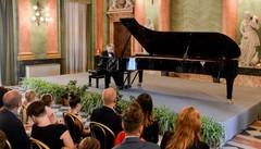 Il pianoforte più grande del mondo  fa risuonare il cuore dei comaschi