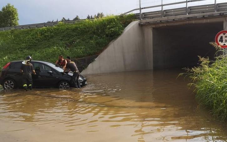 Grandine e pioggia sul Lecchese    Auto bloccata nel sottopasso