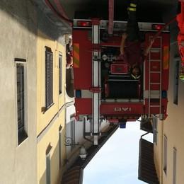 Robbiate, maxi rogo dal garage  Le fiamme coinvolgono  gli edifici