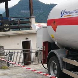 SCOPPIA SERBATOIO DI GAS  MORTO OPERAIO DI GARLATE