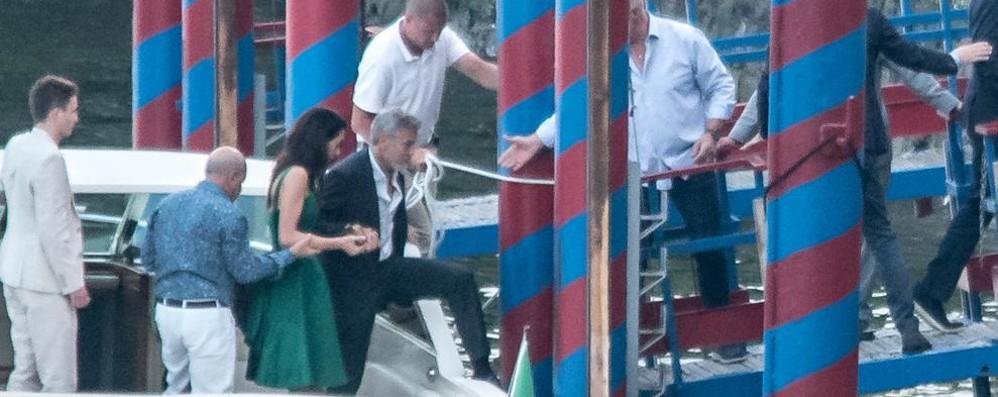 George Clooney e Amal  Cena con amici a Villa d'Este