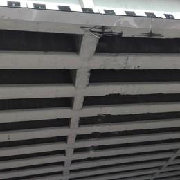 Camion va contro il ponte e lo lesiona  Barzago, velocità limitata e divieto per i Tir
