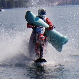Dongo,  con la moto da cross sul lago Colombo a 104 km/h:  record (Video)