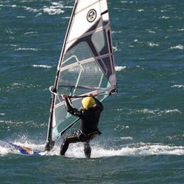 Ragazza in difficoltà sul surf  Salvata sul lago dalla polizia
