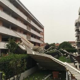 Cantù, vola il tetto del condominio  Crolla nel cortile della case Aler